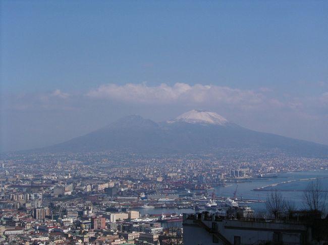 ナポリは私にとってとても不思議な街です。 ここに滞在していると、なんとも言えない<br />街の雰囲気で「も〜、満足」って思うのに、離れるときには、なぜかもっといたいと<br />思ってしまう。 そして、日本にいるとナポリの空気が欲しくてたまらなくなる。。。<br /><br />既に地理は頭にあるので、適当に歩くことにした。<br />もし、これからナポリを訪れる予定の方でしたら、博物館や美術館を訪れるとそれ<br />なりの時間が必要になりますが、街歩きをメインにする場合は、ナポリ散策コースの<br />一つの案として参考になれば、と思います。 ただし、歩くことに自信のある方に限り<br />ます(^_^;)。 ナポリは坂道も多いし、歩きづらい石畳の道もたくさんあります。<br />それに、ナポリはまだまだ危険な箇所も多いです。 気を緩めることは厳禁です。<br /><br />まずは、Vesvioに雪が積もっているところは初めてみたので、Vomeroに行って写真<br />撮影。 Napoliの中央駅からは、地下鉄Linea2とLinea1を乗り継いでVomero<br />(Vanvitelli)に到着。 (写真は、サン・マルティーノ修道院の前から撮影)<br />サン・マルティーノは既に見ているし、Vomeroは景色を見る以外には、特にこれと<br />いった観光ポイントもないので、旧市街にはFunicolare Centraleを利用して戻る。<br />ガレリア → プレビシート広場 → サンタルチア → 卵城 → 王宮 → <br />サンカルロ劇場 → ヌオーヴォ城 等を横目に海辺を散歩。<br />お腹が空いた。。。スパッカナポリに行ってPIZZAを食べることにしよう!<br />私のお気に入りのPizzeriaはいくつかあるが、Via TribunaliにあるPresidenteを<br />選択。 マルゲリータ、モッツァレラはbufala(水牛)で注文。<br />普通のマルゲリータでも充分美味しいナポリのPizzaではあるが、bufalaは格別!!!!!!!<br />元気回復!!<br />PresidenteはDuomoに近いので、Duomoを見学し、Via san Biagio dei Librai<br />を入り、Via san Gregorio Armenoでプルチネッラ等を眺める。 <br />この近くにソッテラネアの入り口もあるが、ソッテラネアも既に見学済みなので、<br />ここも通り過ぎる。 その後、サンセヴェーロ礼拝堂 → サンタキアラ教会 → <br />ジェズ・ヌオヴォ教会 → ダンテ広場 に到着し、ナポリ旧市街の散策は終了。<br />まだまだ教会もたくさんあるし、美術館もたくさんあるが、これだけ歩いきまわれば<br />とりあえずは充分満足。<br />途中、サンタキアラ教会の近くにある「ガイオデン(Gay Odin)」というチョコレート<br />屋さんでジェラートを購入。<br />ナポリの街の中でここのジェラートが私の一番のお気に入り。<br />チョコレート屋さんだけあって、チョコレートのジェラートの種類が豊富。<br />フルーツ系のジェラートが食べたい時は、Via Toledoにある「FANTASIA GELATI 」<br />の方が良いかな。