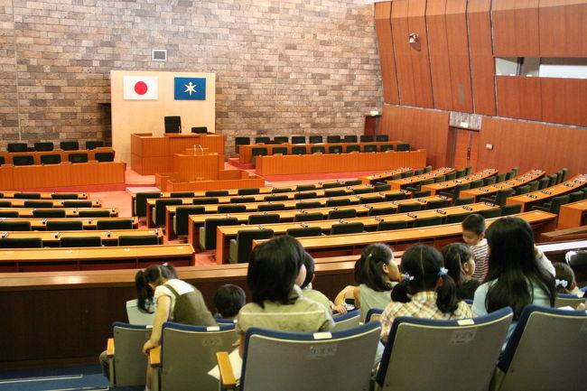 今日はわけあって県庁見学ツアーに参加した。<br /><br />千葉県知事の堂本知事と子ども達が写真を撮り、色々な話を聞いたり、県庁を案内してもらったりと、滅多に見ることが出来ない、入ることもはばからない場所に入ることが出来て、貴重な体験をしました。