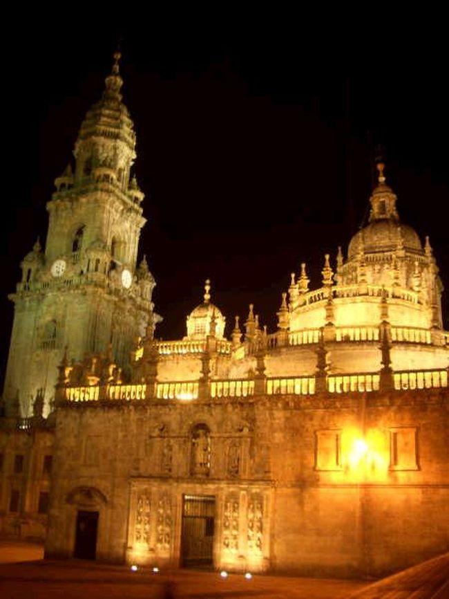 """2005年夏。<br />約1カ月かけてスペイン北部を周遊した。行きたいところがいっぱいで常に移動をする忙しい旅だったが、それはそれで充実した楽しい1カ月だった。<br /><br />8月13日。<br />ヴィアナ・ド・カステロ(ポルトガル)から列車に乗って再びスペインへ入国。ヴィーゴで乗り換えてサンティアゴ・デ・コンポステーラに到着です。ここはスペインはおろかヨーロッパでも有数の聖地、サンティアゴこと聖ヤコブをまつる大聖堂のある宗教の町。フランスなどから始まる巡礼の道のゴールになります。私にとってはちょうどこの旅の折り返し地点。最大の目的地だったのでゴールともいえますが、新たなスタートでもありました。<br />8月14日。<br />お昼からちょっと足を延ばしてフィニステレFinisterreへ。スペイン最西端の""""地の果て""""は巡礼の旅を終えた人たちがリゾートにやってくるような町でした。<br />8月15日。<br />本日は聖母被昇天の日ということで、カテドラルでミサが行われておりました。観光客・巡礼者などほんとに人が多いのに荘厳な雰囲気が保たれているのがすごい。<br /><br />列車:Viana do Castelo-Vigo 8.15ユーロ<br />   Vigo-Santiago de Compostela 4.20ユーロ<br />バス:Santiago de Compostela-Finisterre 18.45ユーロ(往復)<br />オスタル:35ユーロ(2泊)"""