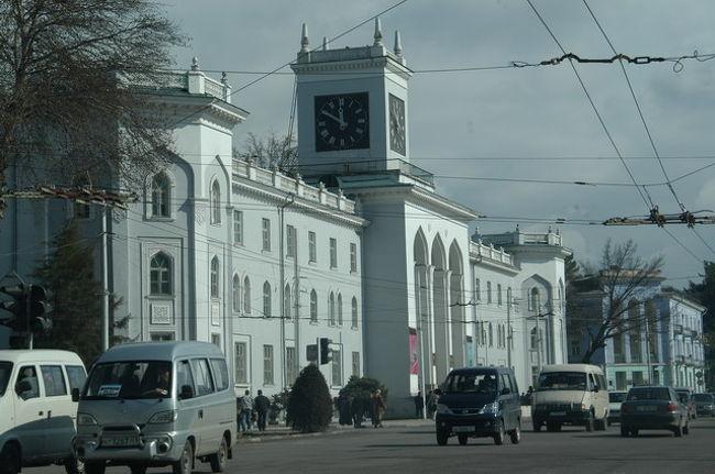 一夜明けて、あちこちドゥシャンベの街を移動したが、地図が頭に入っていないのでどこへどうやって行ったかあまり覚えていない。しかし、街自体は差ほど大きくなく、Tajikistan Hotelの周辺がドゥシャンベの中心らしいことはわかった。<br /><br />街並みは、ヨーロピアンスタイルの建物が多く趣があることと、木々が多く青葉が繁るころは緑一面の街になるだろうと想像した。住宅は旧ソ連時代に建設されたであろうソヴィエト様式の中層住宅がドゥシャンベのあちこちに見られ、パステルカラーの壁面カラーががアクセントを与えていた。<br /><br />交通機関は、バス、トロリーバスが市民の足となっている。タクシーは交渉のようだ。<br /><br />ホテル:Tajikistan Hotel USD50/night Inc.Breakfast<br />トランスポート:車(トランジット車両)<br /><br />準備中