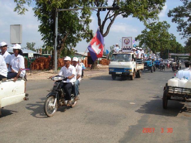 カンボジアに到着すると、あちこちにカラーコピーの紙の顔写真入りポスターが町中にべたべた貼ってあった。おくさんは、てっきり選挙があるのだと思った。<br />シェムリアプで大規模なデモンストレーションを見たとき、トゥクトゥクのおじさんにあれは何だと聞いてみた。答えは、ただの政治的プロパガンダの街宣車ということだった。<br />政治的美辞麗句に民衆が歓喜する。<br />おくさんは、この国がまだまだ政情不安であることを悟った。