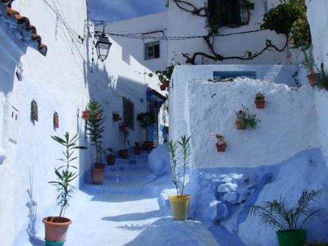 とは言ってもモロッコも白い町だらけ。<br />その中でもメルヘンでまるでモロッコじゃないみたい(?)と人気なところです。<br /><br />ここはスモーカー天国ということで欧米系ツーリストがいっぱい。<br />そしていきなりのスペイン語圏です。<br /><br />町は思っていたよりも大きく、そしてあちこちごみだらけでした。<br />長居してた人によると、ここ数日で急にゴミが増えたんだとか。<br />きっとゴミの回収日が近いとかなのね。残念。<br /><br />でも川を挟んでの向かいの丘の上の居心地は最高でした。