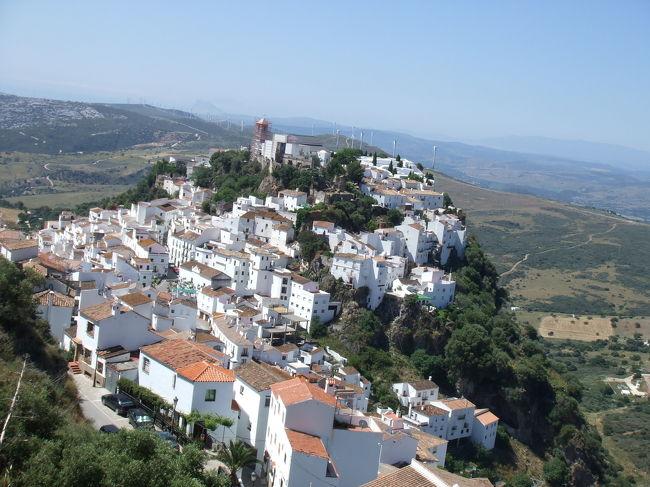 2度めのスペイン、初のアンダルシア。<br /><br />シャウエンからセウタ経由で一気に憧れの町カサレスへ。<br />距離にしたら遠くないし、朝早くに出ればどんなにゆったり行っても夕方には着けるだろぅ、<br />とか踏んでたんだけども。<br /><br />スペインはモロッコより時差+2hな事がすっぽり頭から抜けてました。。<br />道筋としては、<br />シェフシャウエン>(ティトゥアン>)セウタ>アルヘシラス>エステポナ>カサレス<br /><br />ティトゥアンで変なガイドにバスを降ろされてちょっと揉めたり<br />セウタで船着場を探すのに道に迷ったり<br />アルヘシラスからエステポナ行のバスが頻繁には出てなかったり(2h待ち)<br />エステポナ→カサレスなバスは13時か16時発の1日2本のみなんだけど<br />アルヘシラスに着いたのが既に17時前だったり。。<br />でもコスタデソルの高級リゾートなエステポナに泊まるくらいならと思って<br />ワゴンタクシーまで使って(27Eur)無理やりカサレスまで。<br />到着したのは21時前でした。<br />しかも宿のレセプションには誰一人おらず、宿の前でオーナーが帰ってくるのを待ちぼうけ。<br />暗くなるのが22時過ぎでよかったょ。<br /><br />楽しかったけど、一番焦ったのがエステポナには殆どタクシーが走ってなかったこと。<br />スペインの他の田舎的観光地でも同じみたい。<br />捕まえるまでに30分もかかったょ。<br /><br /><br />それにしてもカサレス、居心地のいい素敵な町です。だいすき。<br />チェックインして一息付いたら、すぐさま外に飛び出して<br />丘の上の遺跡までのゆったりした階段を早足で歩いていきました。<br />なんだか胸が躍る。そしてそこからの景色を見てまず感動。<br />タクシー使ってよかったね。<br />