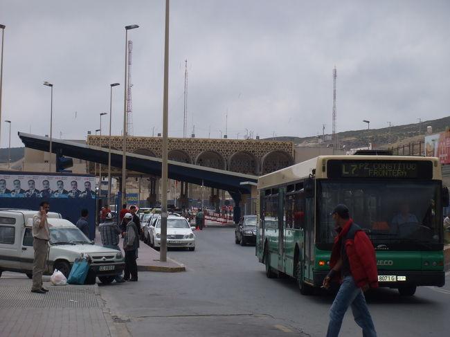 シャウエンからセウタ行のチケット(22DH)を買ってバスに乗ってぼーっと外を眺めていると、<br />途中のちょっと都会のバス停で乗客がみんな降りていく。<br />あら?乗り換えがあるのかしら。。<br /><br />とか思ってバスに乗ってきたチケ売りっぽい人に言われるまま、バスを降りて荷物も受取る。<br />かなり急いだ様子で「セウタに行くんだな、付いてこい!」との事。<br />素直に付いて行くも、バス停を出た辺りで、なんだか違和感。<br />そして商店街を抜けていく。あらら、これはおかしい。<br />よく考えたらこの人英語でいっぱい喋ってるじゃん。(普通民営バスの人は仏語か西語)<br />そして「日本から来たのか。トーキョー?オーサカ?日本はいいところだ。私は日本に沢山友達がいるんだ。アヤコ、ミユキ・・」<br /><br />・・・あらー、乗換えじゃなくて変なガイドさんだ。<br /><br />そこからはもう「今日は土曜だから皆セウタに行かない、よってバスも乗合いタクシーも出てない。君はタクシーをチャーターしなければならない!」<br />語調が強いです。<br />うーん。ここまで付いてきちゃったし一応タクに乗り込んで値段を聞いてみると。<br />「たったの25Eurだ!」<br /><br />・・・25ユーロっ!?<br /><br />誰が払うかー!てゆうか払えません。<br />タクを降りようとすると急に笑顔になって<br />「落ち着け、スローリィー。」<br />スローリィじゃないよまったく。<br />「間違えた、25DHでいい。」<br />一気に1/10への値下げだけど既に気分がよくないのだ。<br />実際もう小銭はあと22DHしか残ってなかったのよね。<br />そう伝えると「Eurは持ってないのか?なければどこかのATMで下ろしてくるんだ。」<br />・・カッティーン。(´Д`)<br />実は100DH札もEur札もあるけど意地でも払うかー。<br />「やだね、20DHしか払わないよ。」ってゆったり言い続けてると、<br />諦めてくれたのかそのうちに首を振って「Go.」ってゆわれた。<br /><br />やれやれ。<br />もうバス行っちゃっただろうなぁなんて思いつつ来た道を戻ってると、<br />タクに乗り込んでたもう1人のガイド君が大声出しながら追っかけてきた。むむ。<br />「OK、20DHでいいよ!」とのこと。<br />むきむきしながらも付いていくと、そこはグランタクシー乗り場。<br />やっぱ普通にあるじゃないの乗合いタクシー!<br />ガイドじゃなくてタクの客引きに直接20DH支払う。でもきっとこの町はティトゥアン。<br />だとしたらほんとは15DHでセウタまで行けちゃうんだよね。<br />後部座席に座って乗客が集まるのを待ってると、ガイド君がドアを開けて話しかけてくる。<br /><br />「あと2DH払うんだ。」<br />なんで?<br />「チップだ、早く出すんだ。」<br />やだょー、何のチップだねきみ。<br />「まだコインが2枚残ってるだろう、さっき見たぞ」<br />だったら何だー。<br />「私は君を助けたじゃないか!」<br />騙そうとしただけじゃないかー!<br />てゆうか君はもう5DH貰ってるでしょ、十分すぎるべ。<br /><br />なんてやり取りを繰り返してたら諦めて去っていきました。<br /><br /><br /><br />あー、むきむきするなぁ。<br />すると横に座ってた大きいおばちゃんが笑顔で、「ハポネ?」<br />そうだよー日本人、って答えると、「ナルト?」<br />ん?ナルト??<br />バックから、NARUTOのPS2ソフト(海賊版)を笑顔で取り出して見せてくれる。<br />おぉー!うん、ナルト!ゆうてちょっと盛り上がる。<br />いやし。<br /><br />でもこのおばちゃん(スペイン人)がまた変わった人で、<br />タクが他の車に危ない追越をされたのをきっかけに怒って喋りまくる。<br />スペイン語だから内容はさっぱりだけど、取りあえず何故か運ちゃんをまくしたててる。<br />始めは他の乗客と目を見合わせて苦笑ってたんだけど、<br />おばちゃんが10分も20分も大声で怒鳴り続けるもんで流石に車内は疲れた感じに。。<br />好きなだけ怒り続けて、セウタのちょっと手前の町で降りるときに私に向かって<br />「アディオス、ハポネ。」ととっても素敵な笑顔を向けてくれる。<br />えぇー。<br />さすがはラテン系。(?) 憎めません。<br /><b