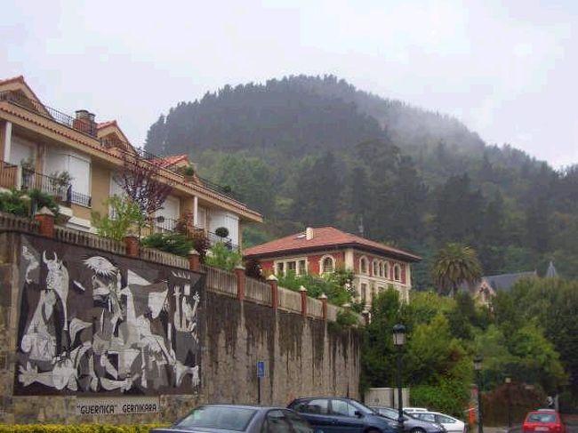 2005年夏。<br />約1カ月かけてスペイン北部を周遊した。行きたいところがいっぱいで常に移動をする忙しい旅だったが、それはそれで充実した楽しい1カ月だった。<br /><br />8月21日。<br />ビルバオから日帰りで、ピカソの作品で有名となったゲルニカへ。<br />ゲルニカにいた間、雨が降り続いていた。そのせいか、しっとりと落ち着いている感じがした。とってもかわいい町だと思う。<br /><br />列車:Bilbao-Gernika 3.65ユーロ(往復)<br />