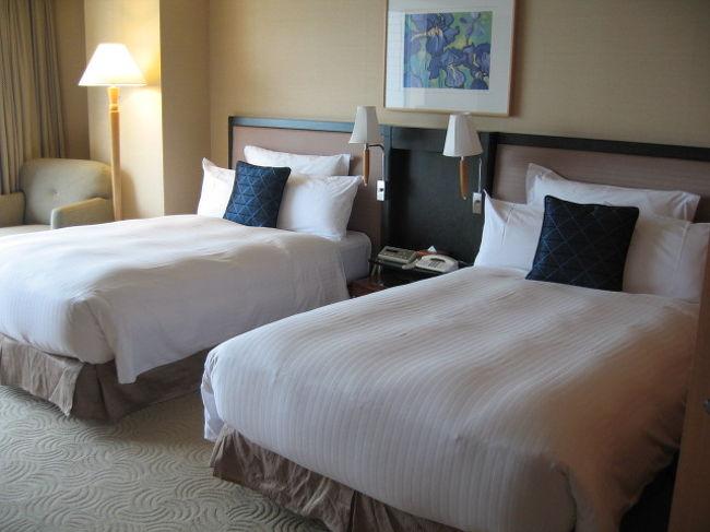 鎌倉をまわったあとは、横浜へ移動しました。<br /><br />宿泊先は2007年6月1日より社名変更したばかりの<br />「パンパシフィック横浜ベイホテル東急」です。<br />旧パンパシフィックホテル横浜でもあります。<br /><br />今年はじめにこのホテルの一般フロアーに泊まったのですが<br />そのときにこのホテルの雰囲気に惚れ込み<br />(次回泊まるときは、特別フロアーに泊まりたい!)と思っていました。<br /><br />このホテルのメルマガ会員になっているので<br />先日届いたメルマガ会員限定の特別プライスでの宿泊となりました。<br /><br />それでも「いいお値段」であることには変わりないのですが<br />今回を逃すとパシフィックフロアに泊まれる機会もそうそうなさそうなので<br />ちょっと冒険(?)してみました。<br /><br />なお「シティービュー」のお部屋にはバルコニーも付いておらず<br />みなとみらいの大観覧車も見えないので<br />「パークビュー」のお部屋を指定して泊まりました。