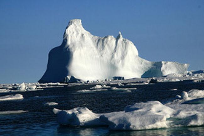 氷の大地・グリーンランド!世界最大の島!国土の85%が氷の大地である。日本の6倍の面積に人口約6万人。海流の影響で全土が極寒ではない。青い空、氷河の山や氷河、氷山、咲き乱れる草花、とても美しい風景!また火の国・アイスランドは人口約30万人が日本の約1/3の国土に住む。小さい島だが母として暮らしやすい国ランキングや生活水準ランキングでは世界のトップレベル!消費税24.5%や所得税40.88%には驚くが社会保障が完備した国であるし、日本と同じように世界長寿国でもある。何れの国も不思議な魅力ある国・・今回もまた新しい発見・感動があった。やはり旅は楽しい・・!<br /><br />詳細は<br /><br />http://yoshiokan.5.pro.tok2.com/<br />旅いつまでも・・★画像旅行記を<br /><br />ご覧ください。