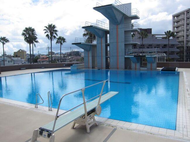 鹿児島の鴨池公園の近くにある鴨池公園水泳プールで泳いできました。鹿児島を代表するようなプールであることもあり50メートルや25メートルや飛び込みプールもそろったきれいな施設です。水もきれいで泳ぎやすいプールです。<br />水着:♀<br />更衣室:♀<br />券売機+受付