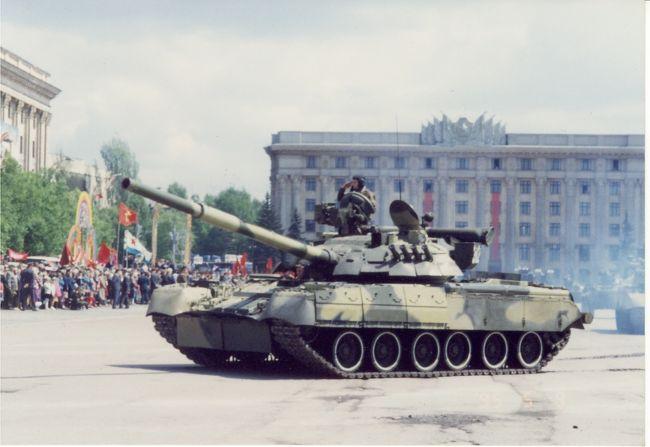ウクライナに留学にきてから1ヶ月ほどたった頃、ウクライナでは5月9日の戦勝記念日50周年を迎えていました。<br />ハリコフの中心自由広場ではこの時盛大なパレードが行われました。<br />日本から来たばかりで、まだろくにロシア語も話せず、まだ海外生活に慣れてもなく、戦勝記念日というか戦争自体あまり身近には感じていない自分にとってはこんなに多くの戦車、つまり兵器を生で見るのはとても衝撃的なことでした。<br />このときは日本はこの戦争に負けたとか、そんなこともまだ考えられる年でもなく、敗北した日本人がこうやってパレードを見に来るのにも違和感がありませんでしたけど、毎年この5月9日になると戦争って何だろうとか、今この時代に戦争がなくてほんとに良かったと思いました。<br />でなきゃこんな留学なんかもできなかったし、たくさんいるウクライナの友達とも戦わなければならなったと思いますし。<br /><br />パレードはお昼で終わり、夜になるとコンサートや、メインイベントである花火が上がります。<br />この花火がまた強烈なんです。なぜなら自由広場のちょうどレーニン像の後ろで花火をあげるので、見物に来ている人は完全に真上を向いて花火を見るんです。<br />僕が見ていた場所も、花火を打ち上げている場所から50m暗いしか離れていいなくて、真上であがった大きな花火が降ってくるような、日本では体験したことのないダイナミック花火でした。<br />