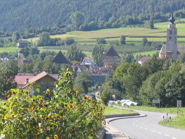 Mallesからステルビオ峠に向かう時通る城壁に囲まれた小さな村です。<br />スイス、ミュスタイヤから、ポストバスでイタリアに入ると最初の村です。<br />宿は何軒かありました。<br /><br />位置 46°40'14.72″N 10°33'12.12″E