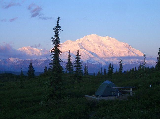 アラスカの風を感じながら、アラスカの大地を歩いた。私の描いていたアラスカのイメージとはるかに違う大自然がいっぱいの地、アラスカ。アラスカの風、光、空気を感じながら、初夏の高山植物が美しい草原を歩いた。「自然を損なわず、人間はただの訪問者にすぎない」というそのままの野生動物の宝庫であるデナリ国立公園の大自然の懐にテントを張った。文明機器の生活から抜け出した自然との共存の生活. 体験と・感動をつづります。アラスカ山脈の主峰、マッキンリー(6194m)は染まる。
