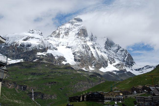 7月10日、午前10時20分にプラトーローザーを発ち、10時30分にラーゴ・シム・ビアンシェ(2812m)に到着後、プランメゾン(2555m)迄のハイキングを行った。<br />最初はプラトーローザでの寒さに耐えかねてどうかと思ったが、歩き出すと心地よい暖かさになり次第に快適なハイキングとなった。 しかも、このコースは予想外に高山植物が多く、ツアー仲間を喜ばせた。 高山植物については別途まとめる予定<br /><br />標高差:257m(実質的には上りが二回あり、標高差は400m),歩行距離:3キロ、所要時間:2時間<br />東のプラトーローザより西のチェルヴィニアへ向かって行くコースの真ん中の部分をハイキングすることになる。北の方向にチェルヴィーノ(マッターホルンの伊名)が位置していることになる。<br /><br /><br />*写真はハイキング途中で見られたチェルヴィーノ(マッターホルンの伊名)