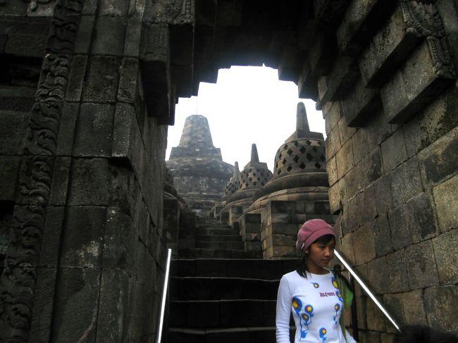インドネシアに住んでいたので、日本からお客さんが見えるたびにBorobudurには連れて行った。Candi Pranbananも同じだが、外国人ツーリストは専用入り口から5US$(約50000Rp)払ってはいる。インドネシア人は3000Rpである。私はKITAS(住民票のようなもの)を持っていたので、3000Rpで一般入り口から、一緒に来たお客さんは、専用入り口からという具合だった。それは置いておき。<br /> ある土曜日早朝からゴルフをやり、14:00頃終わった。なんとなくボロブドゥールからの日の出を見たくなり、そのまま出発した。車を夜中中走らせ日曜日朝04:00到着、13時間かかった。しかし、開門は06:00だと言う、それでは日が昇ってしまう。なんとか早く入れるように交渉したがだめだった。後で、聞いたところによると、サンライズツアーがあって、それに参加すれば、出口の方から5時頃に入場するのだとか。<br /> 私は、6時ピッタリに入り、駆け足で、テッペン近くまでのぼった。残念、霧が掛かって太陽がよく見えない、また、Murapi山もかすんでいる、噴煙が見えない。一時間ほど粘ったが、だめだった。08:00には帰路に着いた。何の為に行ったのか分からない。ただ、疲れただけだった。はずれだった。<br /><br /> URL http://www.k4.dion.ne.jp/~enplaind/ <br /><br />そのときの中途半端な写真はこのHPのあちこちにばら撒いてあります。