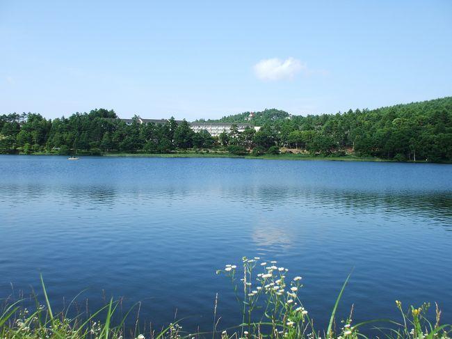 ホテルアンビエント蓼科は女神湖の辺にあり、いつでも湖畔を散歩できる。7月下旬は学生の合宿がこの近辺で行われ、早朝から学生達が湖畔を走っている。