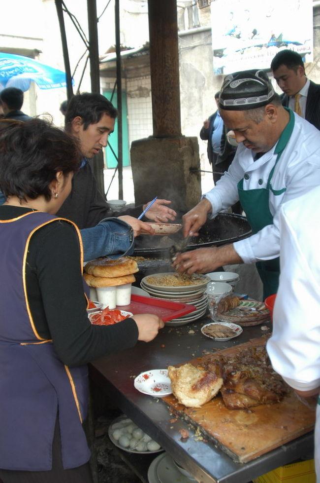中央アジアのどの町でも食べられるプロフ、日本流で言えばピラフ、チャーハンは炒めるがプロフはお米から煮たご飯料理である。タシケントにはプロフセンターというプロフ専門のお店がワールドトレードセンターの近くにあり、ランチに食べに行った。<br /><br />このプロフセンター、ウズベキスタン料理屋が並ぶ一角にありメニューはプロフだけの専門店。作り方は大きな鍋に肉(ビーフorラム)の塊、お米、香辛料などを大きな鍋にいれ炊き込む。これがたいへん美味。<br /><br />通訳と一緒に行ったのだが、プロフとっしょにリピョーシュカ(釜で焼くパン)、サラダを注文した。大きな皿に盛るばあいと個別に盛る場合があるようだ。プロフの上には一緒に煮込んだ肉の切り身(ビーフ)がのっている。ご飯とパンを一緒に食べるところがウズベキスタンらしい。それからグリーンティーを注文した。席は2階の全体がよく見えるテラス席、ウエイトレスや客の動きがよくみえた。テキパキとシステマチックに動くさまは感嘆に値する。隣近所の事務所からプロフだけを買いに来る客もいる。また、ウズベキスタン人だけではなくロシア系の客も目に付いた。<br /><br />遅いランチ時間に行ったがまだまだお客でいっぱい、5釜あるプロフはその日の終盤、残り少なかったがなんとかプロフにありつくことができた。<br /><br />プロフについて<br />http://www.orexca.com/cuisine_plov.shtml