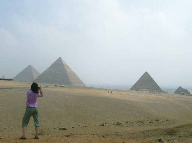 カイロで1日車を手配して、ピラミッドとエジプト考古学博物館へ行ってきました。ピラミッドはカイロ市内からちょっと遠いので、「よし、行くぞー!」って感じになりますよね。博物館は滞在中ふらっと寄りたい感じですが、ほんと、もう少し人が少なければ…。<br /><br />この旅行で利用した手配:<br />http://kodai-iseki.com/travel/e005cairo1day.html