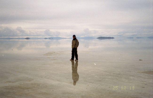 ボリビアのハイライトとも言えるウユニ塩湖。乾季だったはずなのに何故か雨でした。真っ白な一面の塩を期待していたのですが、一面の鏡になってました。それはそれでオッケーなのです。
