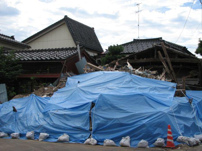 9月6日、午後3時より柏崎の需要家を先週に引き続き訪問することになり、その前に約一時間の空き時間があったために柏崎市のアーケード街より中央海岸迄散策した。 その間に中越地震のいたたましい被害状況を見て回った。<br />今回の地震は柏崎市を中心に被害が大きく、その原因は地盤が弱いところ、すなわち砂地及びその上に埋め立てた地区で被害が多いとのことである。<br /><br /><br />*写真は住宅の倒壊状況