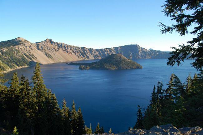 クレーターレイクは世界で最も澄んだ湖です。こんなに深い青の湖を今まで見たことはありませんでした。その青も時間や見る場所によって変化していつまでも飽きることはありません。<br /><br />この公園にはそれほどきついトレイルもなく、湖をゆっくり周ったりホテルやカフェのテラスで何時間も湖を眺めながら過ごす人たちが大半でした。年配者や小さなお子さん連れが多かったです。<br /><br />最近頑張って歩いて楽しくなってきたけど、こんな絵のような景色の中でゆっくりすることもあらためて見直したお休みでした。<br /><br />*Crater Lake National Park<br />http://www.nps.gov/crla/<br />http://www.crater.lake.national-park.com/<br />(和文)http://www.seeamerica.jp/parks/oregon/crater.htm