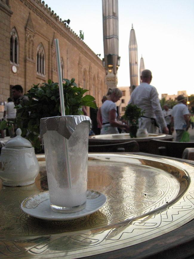 スークの中をあちこち見て周り、正面にフセインモスクと思わしきミナレットが見えたので通りの突き当りまで歩き、フセイン広場へ出た。ヨーロッパにも町の中心に広場がありその縁にカフェがある。ここも同じだ。2−3時間歩いたので汗をかいたし少し休憩と人ウオッチを兼ねて広場のカフェに腰を下ろした。<br /><br />季節のフレッシュジュース、グアバを注文して広場を行きかう人を眺める。ちょうど黄昏時、モスクを照らす日の光が刻々と変化していった。