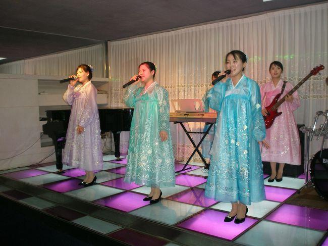 2007年09月15日(土)延辺日本人会定期総会が開催されました。日本の方はもちろん延辺大学の学生さん、北朝鮮の方にも日本人会を盛り上げて頂きました。<br /><br />1 定期総会は平壌長寿館<br />2 龍井 延辺東方熊楽園と延辺大学農学院<br />3 龍井 尹東柱出身の大成中学訪問<br />4 龍井 龍井起名の井戸と旧間東日本国総領事館<br />5 龍井 尹東柱生家訪問と日中バス歌合戦<br /><br />