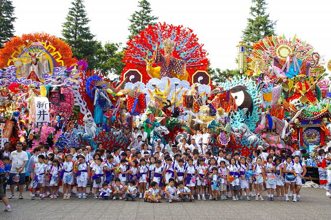 <<2005お祭りシリーズ>><br />青森県八戸の三社大祭は、東北三大祭(四大祭)ほど知られていませんが、280年を越す伝統のあるお祭りです。<br />神明宮、おがみ神社、新羅神社の神輿行列に附祭として氏子の山車がお供する豊作加護、報恩のお祭りで、国重要無形民族文化財に指定されています。<br /><br />享保6年(1721)、おがみ神社が神輿行列を仕立て、長者山のお社に渡御したのが始まりで、明治17年(1884)から、おがみ神社と長者山新羅神社との祭礼となり、その後、神明宮が参加して三社の祭礼となったそうです。<br />最初は、有力な商人が店先に人形を飾っていたものを、屋台に載せて神社行列にお供するようになり、大きさ、からくりなどが徐々に変り、現在の巨大な飾りつけの山車となったそうです。<br />行列には、神楽、稚児行列、甲冑武者、虎舞、27台の山車絵巻が見物人を楽しませてくれます。<br /><br />お祭りは、7月31日:前夜祭、8月1日:お通り、2日:中日、3日:お還り、4日:後夜祭と5日間にわたり行われます。<br /><br />青森(陸奥)地方では大きなもののお祭りが多いように思います。八戸の巨大な飾りつけの山車は、大きな「ねぶた」にも通じるのではないでしょうか?<br />