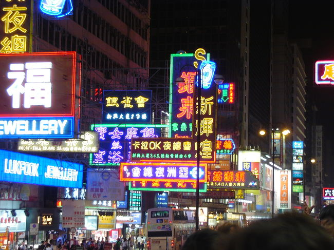 3歳の娘を連れて3泊4日香港へ行きました。<br />当初リゾートへ行く予定がキャンセルに…(涙)<br />ダンナが3泊4日しか休めないし子連れなので、近くて医療が充実していて英語が通じる、そして前にも行ったことがあるということで急遽、香港に決定!<br />子供が飽きないように、フェリーや二階建てのトラムやバスで移動し、ディズニーランドにも行きました。<br />行きは成田発9:45、CX509便。帰りは香港発15:00、CX500便。<br />出発約2週間前にチケットを手配したため、思ったよりチケットが高かったけど、午前便にこだわり大人70,600円+諸税7,070、子供は53,000円+諸税。<br />手配はIACEトラベル。<br />ホテルはシェラトン・ホテル&タワーズ。<br />アップルで予約。1泊22,000円。<br />シェラトンはMTR(地下鉄)の尖沙咀駅からも近いという立地の良さと海沿いであること、そして高層ビル群を眺める屋上プールの写真に惹かれて決めました。<br /><br />