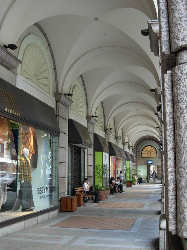 行って来ました〜!!!<br /> 憧れの  『素敵!な、神戸の 街歩き!』<br /><br />(((こうゆう所!を、歩いてみました)))<br /><br /> ・旧居留地!の 歴史あるビルディングの 重厚で、荘厳な 建築物を、 (さ〜っ!とでしたが) 拝見!<br /> ・神戸・大丸の異国的な アーケードと、コチラで 買い物する ハイセンスな 神戸マダム達の 「見事!なお洒落・・・。」<br /> ・三宮の 賑やかな アーケード街!探訪と、食べてみたかった!『明石焼き』の 忘れられない!お味。<br /> ・中華街!南京町の 極彩色と、大好きな! パール・ミルクティー。<br /> ・港町 神戸の 最新!スポット! 「モザイク」(ハーバーランドの ショッピングセンター)の、雰囲気が、可愛らしい!センスで、統一されていること・・・。etc。。。<br />ーーーーーーーーーーーーーーーーーーーーーーーーーーーーーーーー<br />  姫路城を見学し、 午後も遅くなってからの 神戸入り!で、駆け足!で、各箇所を、さ〜〜〜っ!と 見る位しか 出来なくて 残念!でしたが、<br /> 短時間でも、<br /> 『神戸の 魅力!』 ・・・・・(ワタシ の ハートに) しっかりと、伝わりました。・・・・・ <br /> 散策しながら、「何て! 素敵な街!なんだろう」って、何度!思ったことでしょう。 街角の変化!も、また、楽しい!(喜)<br />ーーーーーーーーーーーーーーーーーーーーーーーーーーーーーーーー<br /> 「ハイセンス!という 言葉!」が、ピッタリ!な 街!なんです。 <br /> 海風に 吹かれながら・・・・、シックな装い!で、エレガントに、歩いてみたい・・・。<br /><br /> 私の憧れの 「関西旅行」が、また ひとつ、見つかっちゃいました。(喜)<br />