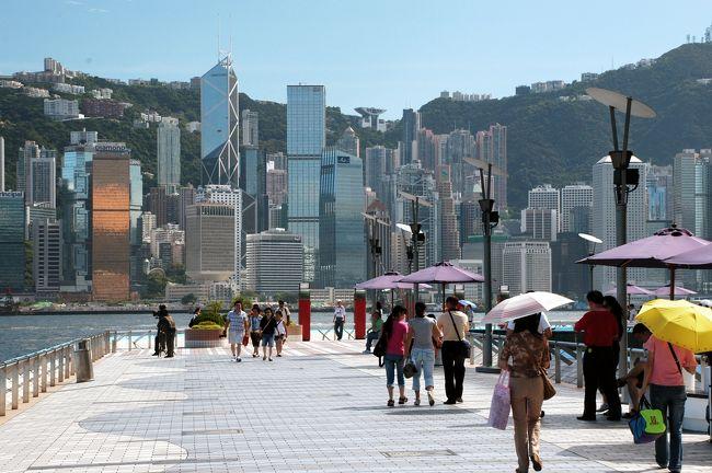 初日の第3集。<br /><br />釣り風情を堪能し、そのまま星光大道にやって来ました。<br />対岸に見える香港島は、昼間のほうが静かに佇んで見えますね。<br /><br />明るい陽差しの下、星光大道から天星碼頭まで、<br />みなさんご一緒に散歩してみましょう。