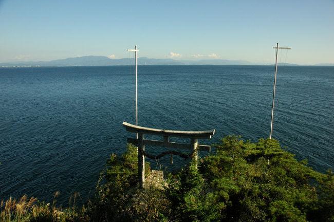 知り合いの人からいただいた観光船のチケットを握り締めて妻と竹生島へ。日本一広い湖琵琶湖には島がある。ろくに調べないで出発した竹生島。船が島に近づくとその断崖絶壁の上に張り付くようにある建物に驚く。<br /> そして上陸。帰りの船は島を観光してゆっくりと休みが取れる1時間後にやってくる。のんびりと島内を周ろうとしたが、予想外の急階段に悪戦苦闘。バテバテになりながら船着場へ。おみやげ物屋さんで一服。人懐こい店のおばさんが印象に残った。<br /> 船は一直線に彦根港へ。あっという間の船旅。何か不思議な雰囲気な島だったなあ〜。