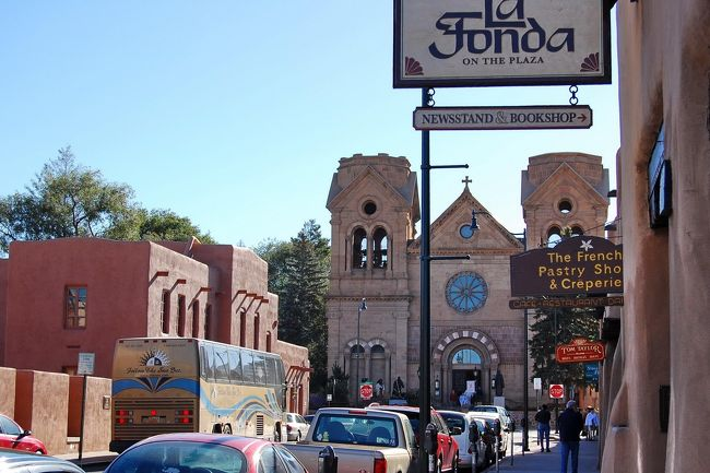 Columbus Dayの3連休にニューメキシコ州サンタフェへ行ってきました。<br />1607年スペインの統治下に置かれたサンタフェはアメリカで最も古い州都であり、また最も高地にある都市でもあります。古いアドービ(日干し)煉瓦の建物と並んで新しいものも同じ外観で統一されていて、町全体がタイムスリップしたような雰囲気。アメリカでありながらアメリカではない何処か・・・にいる気がしました。この旅のキーワードは「最古」です。<br /><br />アメリカでは人気の観光地ですが、日本発のサンタフェ情報が少なかったのが意外でした。あの写真集で知名度は高いのに…。<br /><br />のんびりと街をぶらぶらしたり、周辺のネイティブ・アメリカンの居住地へドライブをして満喫した3日間でした。<br /><br /><br />*The Official Travel Site for Santa Fe<br />http://www.santafe.org/<br /><br />*アメリカ西部5州政府観光局<br />http://www.uswest.tv/newmexico/nm_02_a.html<br /><br />*Wikitravel: Santa Fe<br />http://wikitravel.org/en/Santa_Fe_%28New_Mexico%29