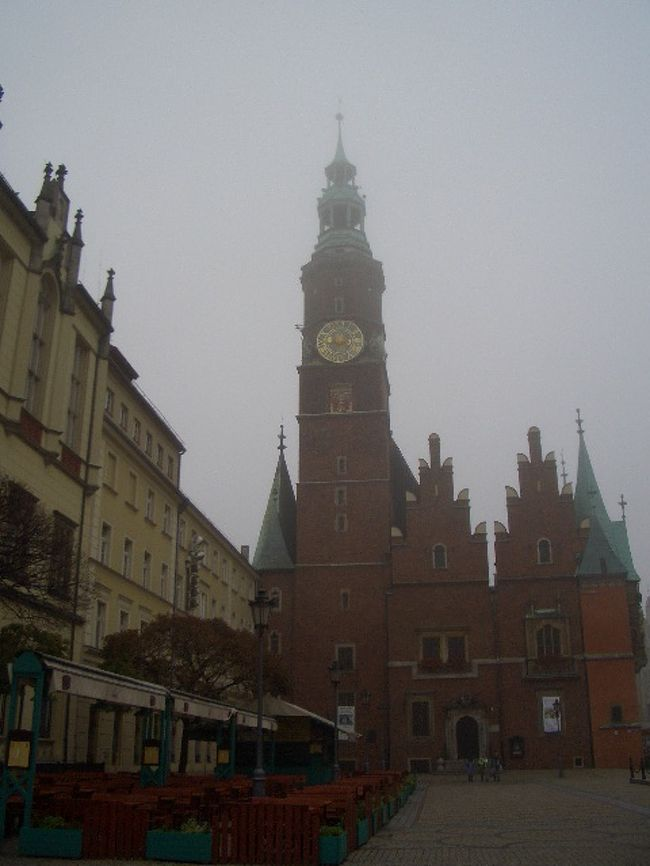 中央にある広場と時計台のある教会が美しいです。<br />