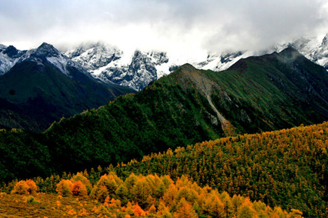 3度目の中国の旅!前回の九寨溝、黄龍、四姑娘山に続いて、今回は雲南省大自然の旅!現在中国には35の世界遺産が登録されているが、今回は麗江や三江併流地域群も含まれている。梅里雪山(6,740m)は霧の中だったが、玉龍雪山(5,596m)や白芒雪山(5,429m)など美しい雪山も堪能。またナシ族やモソ人、イ族など少数民族にも出会う。天上の湖・濾沽湖の風景も素晴しいが何といっても麗江古城の風情ある家並み町の姿には心奪われる!・・今回もまた新しい発見・感動があった。やはり旅は楽しい・・!<br /><br /><br />詳細は<br />http://yoshiokan.5.pro.tok2.com/<br />旅いつまでも・・★画像旅行記<br /><br />をご覧ください。