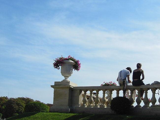 長編小説「レ・ミゼラブル」で唯一の恋愛は、ジャン・ヴァルジャンが手塩にかけて育てたコゼットと真面目一筋の学生マリユスの恋だ。それはリュクサンブール庭園で始まる。<br /><br /> 貧乏学生となったマリユスが下宿から大学(法学部)に通う途中にあるリュクサンブール公園の描写はきわめて興味深い。<br /> ここは彼が初めてコゼットとその父(と彼は思っている)の存在に気付き、意識し、コゼットの方もこの美しい学生に関心を抱く物語の伏線となる重要なところだ。少し立ち寄ってみよう。<br /><br /> 《一年以上も前から、マリユスは、リュクサンブール公園の人けのない小道で、苗木園の柵に沿った小道で、一人の男とうら若い娘の姿を見かけた。・・・(略)・・・そこに行くと、ほとんど毎日、その二人に会うのだった。男は六十歳ぐらいだろうか、わびしそうな,気むずかしそうな様子をしていた。・・・(略)<br /> ・・・娘は十三、四の少女のようでみにくいほどに痩せて,ぎこちなく、別に人目をひくところもなかったが、目はかなり美しくなりそうに見えた。》(『レ・ミゼラブル』第三章p.191)<br /><br />【リュクサンブール庭園の恋人たち】