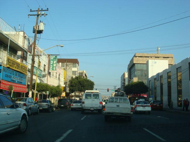 久しぶりのTJ、友人の家へ呼ばれてLAからドライブで、<br />簡単に5号線で国境越えて、帰りのUSまでの写真を<br />載せました、町並みも道路も変わります。<br />USの国境越えて一番左車線を行くとCentro(セントロ)とボードが<br />あるので、左から2番目の車線がTECATE(テカーテ)、右車線が<br />エンセナダ方面