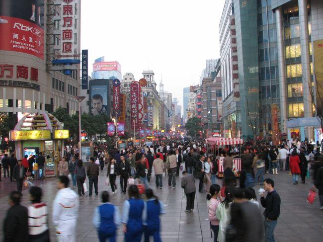 久しぶりの中国旅行は、虹橋空港inで西塘、上海で食べ歩きでした。<br /><br /> 二日目の蟹は予約済み。あとはネットで調べた小龍包の店を探したのだが、なんと、再開発で取り壊されていた・・・悲しい。<br /><br /> というわけで、仕方がないので雲南美食街に向かいました。<br /><br /> 上海では日本人もよく利用する「上海人家」になりました。人気の上海料理店ですが、それより美味い小龍包の気分だった私はちょっぴり がっくしです・・・。すいません、スタッフさま。<br /><br /> (写真は全然関係ないです。南京路ですし)