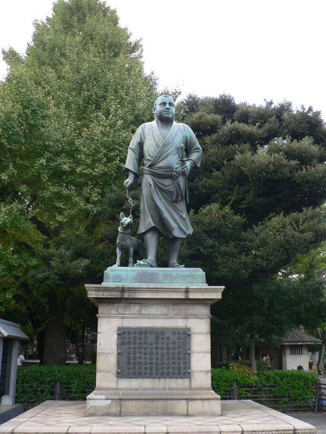 東京には日本の歴史に足跡を残した人物のゆかりの地は無数にあるが、今回は「武士の元祖」といわれる平 将門の首塚と「江戸城無血開城」を果たした勝 海舟と西郷 隆盛ゆかりの地を訪ねてみた。平 将門(たいら の まさかど903−940年)は、桓武天皇(737−806年)の子孫で、高望王(たかもちおう839−911年)の孫。下総(しもふさ)国、常陸(ひたち)国(千葉、埼玉、東京、茨城、福島、宮城にかかる地域)の平氏一族の抗争から地方政治の拠点・国衙(こくが)を攻撃し、京都の朝廷に対抗して関東の天皇「新皇」を名乗り独立国建設を目指したが藤原秀郷(ふじわらひでさと)、平貞盛(たいらのさだもり)らに討伐された(承平天慶の乱935−940頃)。将門の死後、さまざまな不吉なうわさが流れ、現代でも恐れられている。うわさは、「将門の首は京都の七条河原にさらされたが、何ヶ月たっても眼を見開いていた」というものや、将門の首が「俺の胴はどこだ」と叫び胴体を求めて関東へ飛んでいったと言うものなど。この話は全国に広まり将門の祟りを恐れる人たちにより東京千代田区大手町の平将門の首塚(将門塚)はじめ各地に首塚が造られた。中世には将門塚の周辺で天変地異が頻繁に起こり将門の祟りととして1309年に神田明神に合祀されたが明治維新後は、将門は朝廷の逆賊として1874年に、祭神から外された。だが第二次世界大戦後は、朝廷独裁に立ち向かった英雄として再評価され1984年に再度神田明神に合祀されている。将門は朝廷に歯向かったとはいえ桓武天皇の子孫として、もっと大切に供養すべきだろうし、将門の祟りを恐れる人たちが合祀を求めたのももっともだ。大手町の首塚は移転などの計画があると不吉な事故が起こるとされ、荒俣宏の小説『帝都物語』で広く知られるようになった。現在でも将門は祟りを恐れる人たちに恐れられている。将門の評価は、時代とともに変遷しているが、私たちの祟りを恐れる気持ちは時代が移っても少しも変わっていない。勝 海舟(かつ かいしゅう1823−1899年)は、幼名麟太郎(りんたろう)本名義邦 (よしくに)。1868年の戊辰戦争時には陸軍総裁・旧幕府代表として早期停戦と江戸城の無血開城を主張。 西郷隆盛(さいごう たかもり1828−1877年)と会談し、江戸城開城により江戸での市街戦を回避して150万人の住民を戦火から救った。勝は両国で生まれ、晩年は港区赤坂の赤坂氷川神社 (ひかわじんじゃ)裏の旗本屋敷や現在の氷川小学校の場所の屋敷で余生を送った。勝 との会談で江戸城無血開城を果たした西郷 隆盛は上野公園の銅像が有名だ。西郷像は高村光雲(1852−1934年)作、連れている薩摩犬「ツン」は後藤貞行(1850−1903年)作。西郷はのんびりと犬と散歩しているように見えるのだが実際はウサギ狩りをしている姿だそうだ。戦乱の時代に、勝 海舟と西郷隆盛が江戸150万人の罪の無い人たちを救ったことは、歴史上特筆される大英断だったと言えるだろう(写真は上野公園の西郷隆盛像)