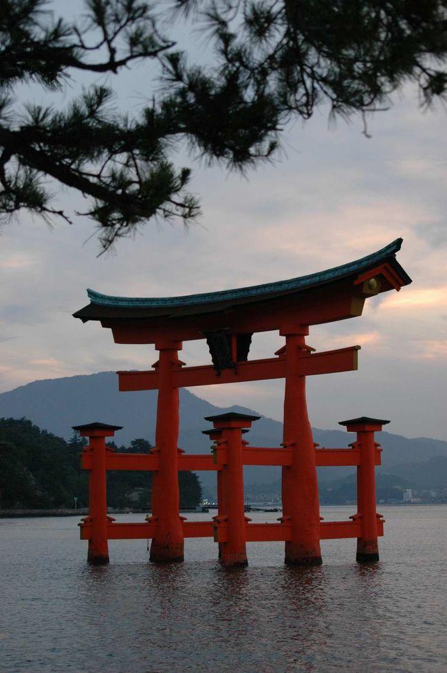 妻と車で広島まで。初日は宮島へ。到着は夕方になった。夕方の宮島の景色を撮影。夏の日の静かな世界遺産宮島を見ることが出来た。<br /><br />http://canada2001.zero-yen.com/index.html<br />↑私のHP国内編目次