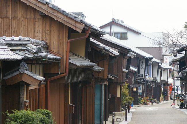 古代三関のひとつ「伊勢鈴鹿の関」の置かれた関は、江戸時代には、東海道53次の47番目の宿場町として、参勤交代や伊勢参りの人々で賑わいを見せました。旧態を留めていない東海道にあって、唯一歴史的な町並みの残る関宿を、今回の旅で最初に訪れた場所としました。早朝の宿場町は、まだ観光客の姿もなく、往時の姿の残る、古い街並みをのんびり散歩しました。