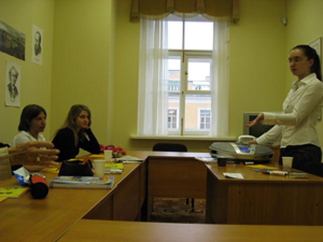 この日のテーマは、それぞれの母国の「祝日」について話しましょう、というものでした。<br /><br /> 先生のレーナは、日本に何度か来たことがあるという親日家で、私は先生にリクエストされた「女の子の日」すなわち桃の節句について、それから「男の子の日」すなわち端午の節句についてクラスで話しました。<br /><br /> クラスメイトたちは、私の話の中の『桃の節句が終わったらすぐにひな人形を片付けないと、そこの家の女の子はお嫁にいけなくなる、という言い伝えがある』というエピソードが最も印象的なようでした。