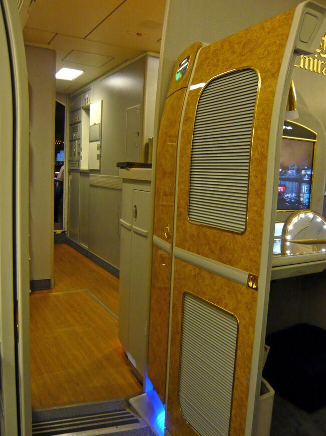 エミレーツ航空がファーストクラスを改善しました。<br />(新しいプライベートスイート)<br />現在のところ、最新のA340-500s, Boeing777−300ER/、777−200LRに導入されています。<br />見た目にはあまり変わらない感じのなのですが、けっこう違いがありました。<br />ファーストクラスは8席、23インチのワイドスクリーンに座席を含めた幅は広くなっていて、今までA345で不満だった窮屈さを感じることなく快適でした。<br />また、<br />足もとのスペースも、以前よりかなり広く改善されていました♪<br />キャビンの色調も今まで(A345)のダークな感じから、明るめでやわらかな感じになり、コントローラはコードレス化、エアーショーに至っては、SQA380の上をいってました^^<br />このEKのB777-300ERは実寸以上にゆとりが感じられる造りのようです。<br />そして、ドバイの地獄の長時間トランジット。<br />STPC利用でメリディアンになりました。