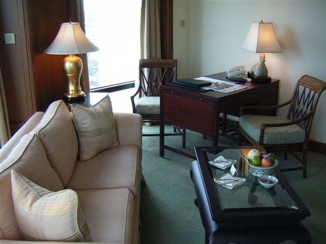 バンコクのチャオプラヤー川近くにあるホテルの中では名実ともに最高クラスといわれるペニンシュラホテルとマンダリンオリエンタルホテル。<br /><br />立地的には両ホテル対岸に建てられており「BTSサパーンタークシン駅」すぐの船着き場からは頻繁にシャトル船が出ている。<br /><br />ちなみに「サパーン」とはタイ語で橋を意味し「タークシン・1734年4月17日 - 1782年4月7日」はタークシン王朝時代の王の事でクーデターで失脚したタクシン首相とは別人。<br /><br />タイ語では綴りが違うので読める人は間違うことは無いのだがカタカナにすると知らない人は間違えてしまう。<br /><br />今回はペニンシュラホテルをチョイス。<br /><br />目前がチャオプラヤー川で雄大な景色を一望できる好立地。<br /><br />このホテル少し古くなり若干フィニッシュの甘い部分もあるが全体的に設備面やホスピタリティーではバンコクの高級ホテル平均点を超えている。<br /><br />さて、チェックイン時にはなぜか予約が確認できず1時間も待たされる。<br /><br />また、ネット代理店AGODA経由で予約したにもかかわらず表示金額で宿泊できず大幅に値上げ。<br /><br />とにかくこのアゴダ、最近はかなりトラブルは少なくなったとは聞いてはいるがキャンセルできなかったり返金されなかったり表示金額が違ったりとなにかと問題の多い中国資本の代理店。<br /><br />できることならこれからも使いたくない代理店の一つ。<br /><br />今回は代理店側のミスが問題だったのだがそのあとのフォローがタイ人にはできない。<br /><br />こちら側の責任は一切無いのだが結局しわ寄せは全てこちらに。<br /><br />若干お得感があった表示金額でペニンシュラにしたのだがこんなことならマンダリンにすればよかったかなぁ。<br /><br />とにかくチェックインには想定外に時間が掛かりうんざり。<br /><br />その後、通された部屋はそんな気分を落ち着かせてくれるような良い雰囲気。<br /><br />日本ならチェックイン時の手違いでスイートあたりにアップグレードされそうなものですがタイではそんな気遣いなどありません(笑)<br /><br />なんでもマイペンライで済むと思ってますからねぇ。。。(笑)<br /><br />風呂につかりながらテレビを見ることができるのが世界のペニンシュラ共通装備。<br /><br />カーテンももちろん全て電動です。<br /><br />アメニティーはモルトンブラウン。<br /><br />イギリスの名門コスメブランドで一時期東京のパークハイアットなどでも採用されていた香りのよいアメニティー。(昔はサイアムパラゴンに店がありましたが無くなりました)<br /><br />ベッドの質ももリネンの質もよくなかなか快適。<br /><br />不満な点はチェックイン時の対応とテレビが古いブラウン管、ソファーやいすが少しくたびれているなどといった設備に古さが出ているところ。<br /><br />あと意外にも朝食がショボイ。<br /><br />チャオプラヤーを眺めながらゆっくりとできるバンコク中心地では味わうことの出来ない雰囲気をもつなかなかに良いホテルだと思います。<br /><br />あっ、そうそう予算に余裕のある方は有名なスパESPAもお薦め。<br /><br /><br />バンコク ホテルインデックス 宿泊総集編 2011年3月29日更新<br />http://4travel.jp/traveler/chinchikurin/album/10549436/