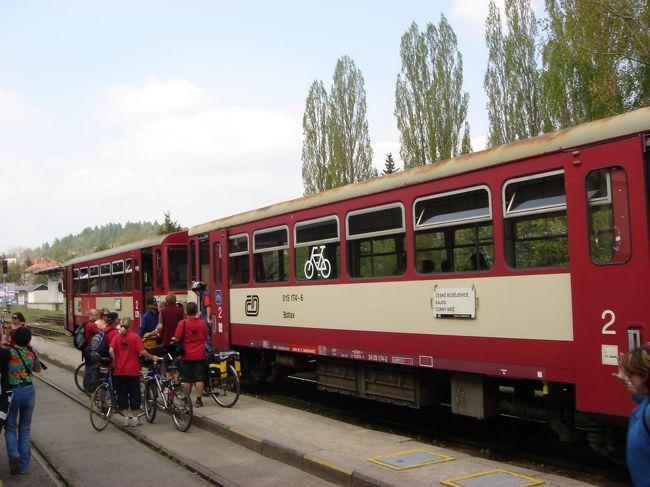 私は電車に乗り旅することが大好きです。特にヨーロッパは本当に好きでパス所持しながら旅をしてます。<br /><br />鉄道ジャーナリストの櫻井寛さんの本を読み、真似をして乗車しております。<br />ただ、私がデジカメを購入したのが2年前、それ以前は普通のフイルム写真で撮影していた為、すべてをお見せできませんが、昨年まで旅をしてデジカメで撮影した物のみ、今回から少しづつ電車及び駅をご紹介します。<br /><br />_______________________________<br /><br />まず第一弾です。チェコのプラハから世界遺産チェスキークルムロフへ行く在来線です。<br />PRAHA Hlavni to Ceske Budejovice &amp; Cesky Krumlov<br /><br />普通ツアーの方はウイーンからバスで行くみたいです。個人の方はプラハからバスでチェスキーに行く方が多く、私みたいに電車で行く方は少ないみたいです。<br />実際に昨年のゴールデンウイーク4/30に私が乗車した電車に日本人誰一人乗車しておりませんでした。しかし、チェスキーに着くなりいきなり日本人が大勢入るのにビックリしました。<br /><br /> 帰りはチェスキーからバスでプラハまで戻りましたが、日本人は私を含めて5人でした。<br />電車でプラハからチェスキーブージョビチェで乗り換えしてチェスキークルムロフまで約5時間くらい。バスで約4時間くらいは掛かります。<br />