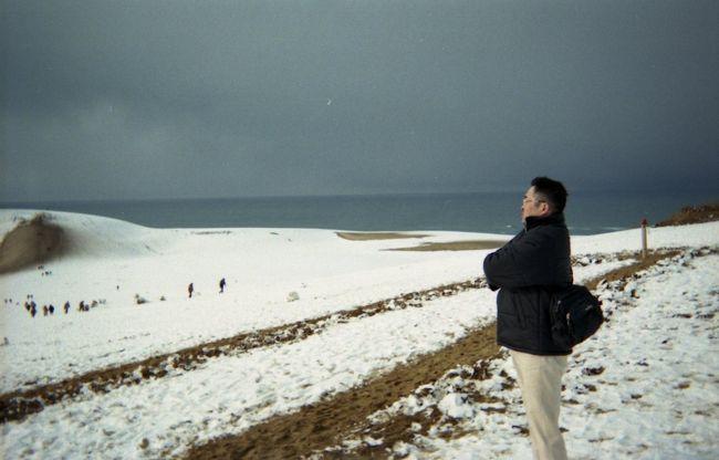 2004年の冬は姫路に在住。この頃は休みも無く、正月明けての初めての休み。妻とドライブに行くことにした。どこに行くか?結局以前、鳥取砂丘に行ったが夜で真っ暗しかも雨が降り降りることすら出来なかったことを思い出し鳥取砂丘へ。国道29号線を一路北上。道もすいていて3時間ぐらいで到着したような。このときの記憶は薄っすらとしていてほとんど無い。古い写真が出てきたので掲載しました。<br />表紙の写真は砂丘の頂上で日本海を望む凛々しい姿を撮影してもらおうと取ったポーズだったがどう見ても風の中を立ち尽くすペンギンだった。