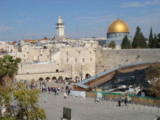 ユダヤ人街を抜けると、目の前が突然開けた。。左手には嘆きの壁(Western Wall)とその広場が眼前にひろがる。そして、その壁の向こうには、黄金の『岩のドーム』の屋根が輝く。。とても印象的には光景だ。嘆きの壁は、紀元前20年、ヘロデ大王によって完全改築に近い形で大拡張された神殿を取り巻いていた外壁の西側の部分であり、ユダヤ人は「西の壁」と呼んでいる。現在 壁の高さは21メートル、下から7段目までは、第2神殿時代のもの その上の4段が、ローマ時代に付け足され、さらに、その上にある小さな石は、マムール朝時代のもの、地下にも17段 第2神殿時代のものが埋まっている。。左の階段を下りていくと、テロ防止のため、イスラエル兵が、空港のように手荷物検査をしている。入場は、24時間無料でできるが、ユダヤ教の安息日の金曜日の日没から土曜日の夕方までと、祝日は写真撮影ができない。(あいにく土曜日だったので 隠し撮りしかない) ノースリーブや短パンはNGだ。壁の祈りの場所は、男性は、向って左側、女性は右側に別れている。女性のスペースは狭い。。男子は、壁の手前で、キッパという河童の頭のような帽子をかぶらなければいけない。 壁の前では、聖書を読んで祈る人がたくさんいた。壁の手前に聖書も置いてあり借りることも可能だ。嘆きの壁には願い事が書かれた紙が石と石の間にたくさん詰まっていた。毎年、春、秋の2回、収集してオリーブの山に保管されるらしい。 1948年ヨルダンの管理下になってからは、ユダヤ人はこの壁に近づけなかったが、1967年6月7日の第3次中東戦争 6日間戦争でイスラエル軍が圧勝してから自由に祈ることができるようになった。嘆きの壁のうしろにある神殿の丘にそびえたつ、岩のドーム、、には残念ながら、入場できなかった。このドームは、預言者ムハンマドが天使とともに、馬にのって昇天したといわれる ユダヤ教、キリスト教、イスラム教にとって重要な関わりを持つ聖なる岩を祭っている。つづく!!写真付き詳細↓http://amet.livedoor.biz/archives/50442288.html