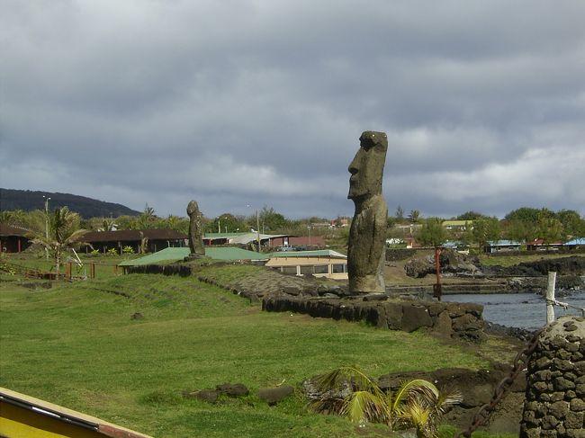 ラパヌイタヒチの旅3 ラパヌイへ<br />いよいよタヒチからイースター島へ<br />Easter Island イースター島と言うのは英名で<br />正式にはIsla de Pascua パスクア島です。<br />現地の人たちの言葉ではラパヌイと呼ばれています。<br />ラパは陸地を意味し、ヌイは大きいみたいな意味です。<br />一番近く周囲から完全に孤立した絶海の孤島なので<br />この島が大きな陸地になったのかな〜などと勝手に想像しました。<br />