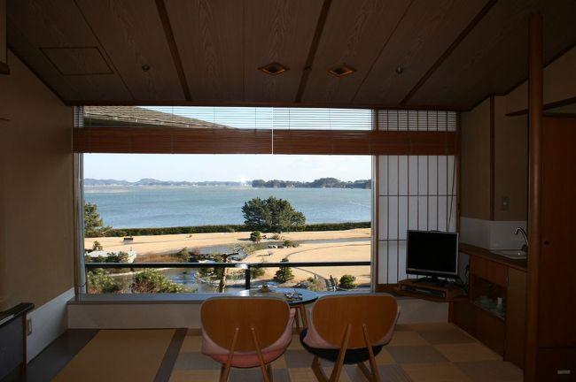 日本三景・松島に夫婦で行ってきました。<br />今回の旅の目的は『とにかくのんびり。ホテルでゆっくり過す』。<br /><br />行き先を考えている時、JR東日本の『びゅう』の「眺望洗心・松島一の坊」というパンフレットが目に止まりました。<br />「眺望洗心」って凄い!<br />パンフレットには、部屋からの眺望が素晴らしく本当に「眺望洗心だわ」と思わせる写真が載っていました。<br />しかも、JR+ホテルがセットになっていてお得だったので『松島一の坊』に決定しました。<br /><br />実際に、お部屋からの眺望は素晴らしく景色に癒されました。(写真)<br />特に、朝日が最高に綺麗で、早起きして見る価値があります!<br />また、部屋もゆったりしていて寛げるしホテルの従業員の方の対応も良く食事も美味しくて、とても良い休日になりました。