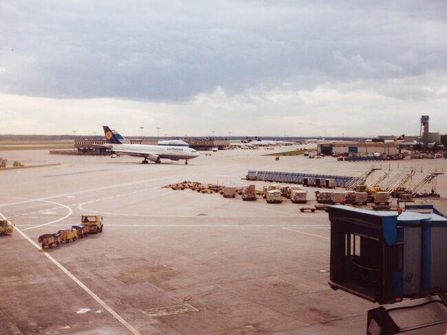 ~ルフトハンザの直行便で北京へ 天安門に立った時には何とも言えぬ複雑な心境 故宮、万里の長城の雄大さには度肝を抜かれる<br /><br />  9月27日  Lufthansaで北京へ向かうことになった<br /> 結局昨日の6時間後には機上の人にはならなかった。パキスタンが飛ばなかったのだ。だから嬉しいことにドイツでもう1泊することになった。宿泊費は勿論パキスタン航空持ち。1泊 300DM前後もするクイーンズ・ホテルという4ツ星クラスのホテルだったらしいけど、その割にお粗末だった。部屋にTVがあったので、パキスタンは落ちたのではないかと?と観ていたけど、そうではないらしかった。遅い夕食後には伊丹十三監督の映画「タンポポ」を放映していた。日本映画をドイツ語で観る違和感がなんとも言えない。でもあんな変な映画を観たら、日本人に対するイメージダウンになりはしないか心配。<br /> 昨日の話では今日アムステルダムに飛び、そこで乗り換えるようなことを言っていたが、昼前になってドイツのルフトハンザの直行便で行くことになった。直行便なので僅か9時間、昨日から待ち通しだったけどラッキー。<br /> フランクフルトから乗る乗客は(飛行機はニューヨーク発パリ経由)20数名。その中に日本人女性が2人いた。1人は昨日の夕食で一緒だった北岡さん。もう1人は今日の朝になって日本人と分かった川北さん。北岡さんはすぐヨーロッパに帰ってアムステルダムのホテルで3年ほど勤めるのだそうだ。そして川北さんは英語の勉強でイギリスに行ったのに、何故かスペインで語学の勉強をしているとか。色々な日本人に会えるのもまた楽しい。