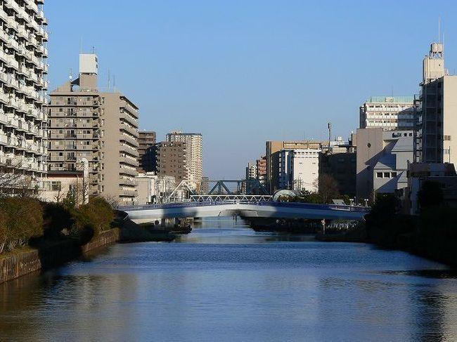 小名木川は慶長年間に徳川家康の命で掘削された運河です。隅田川と中川を結び、行徳の塩や諸国の産物を人口の増えた江戸に運び入れるために作られました。<br />その後、深川が埋立によって広がり、多くの堀が縦横にできて水の都の姿が形成されました。小名木川はその中でも幹線の役割を担って来ました。<br /><br />東西に一直線に流れる小名木川ですからコースはいたって簡単です。<br />歌川広重の名所江戸百景に3つも名所が入っているのに、今までこのコースを思い付かなかったのが不思議なほど。<br /><br />今回は中川から隅田川に向かって橋を巡りました。中川口には江東区の船番所資料館があり、小名木川水運の歴史を学ぶことから始めました。<br />距離はわずか4.6km、橋の数は14。周囲には見所もあって密度の高い散歩道でした。
