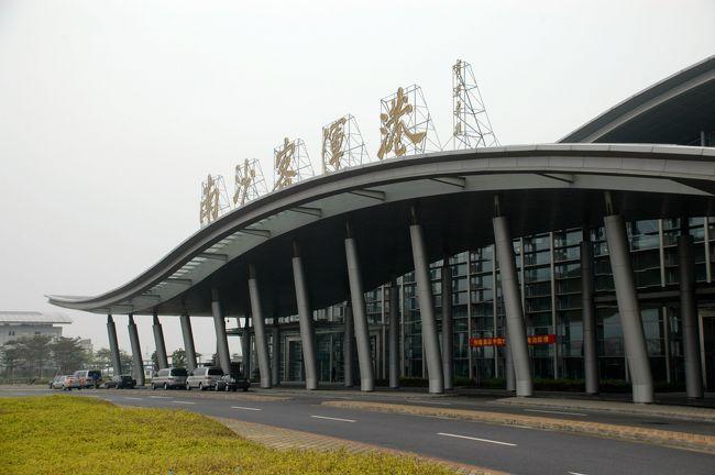 昨年夏に延長した商務用マルチビザが半年のみの有効だったので、<br />この時期にまた香港行きとなってしまった。<br /> <br />北京で延長してから、3月頃に・・・と考えていたけど、北京では、<br />爺ぃも余所者扱いだったので、公安指定条件が揃う高いホテルに泊まる位なら、<br />先に香港へ行く事にして、1日から広州へ来ています。<br /><br />今日は、その香港へ出かけてビザ手配。<br />いつもと違って気持ちが重たく、悪天候も伴って超ブルーな気分です。<br /><br />では、先ずはお出かけ編。<br />番禺大石の家を出て、南沙港からフェリーで渡航の様子などからどうぞ。<br />(雨で景色が見辛いですがご勘弁を!)